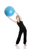 Giovane donna durante il tempo di forma fisica Fotografie Stock