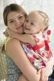Giovane donna e bambina sul terrazzo di estate Immagini Stock