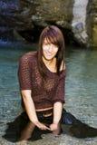 Giovane donna e cascata Immagine Stock