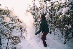 Giovane donna e giovane che giocano le palle di neve fotografia stock libera da diritti