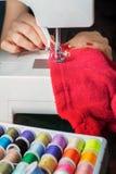 Giovane donna e macchina per cucire Fotografie Stock
