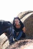 Giovane donna e ritratto grigio del cavallo Immagine Stock Libera da Diritti