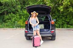 Giovane donna e valigia Concetto di vacanza Viaggio dell'automobile Giovane donna sulla spiaggia dell'isola di Formentera Ragazza Fotografie Stock Libere da Diritti