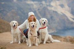 Giovane donna ed i suoi cani di animale domestico Fotografie Stock