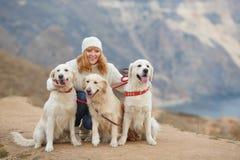 Giovane donna ed i suoi cani di animale domestico Fotografia Stock