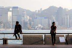 Giovane donna ed uomo al Tsim Sha Tsui Promenade fotografia stock