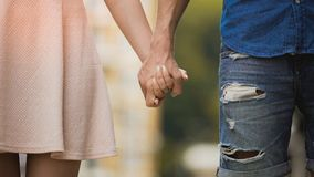 Giovane donna ed uomo che si tengono per mano, relazione tenera delle coppie dolci, amore Immagini Stock