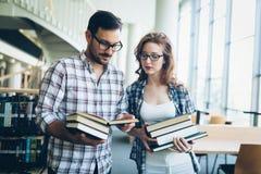 Giovane donna ed uomo che studiano per un esame Immagini Stock Libere da Diritti
