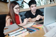 Giovane donna ed uomo che studiano per una prova o un esame Immagine Stock Libera da Diritti