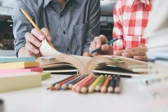 Giovane donna ed uomo che studiano per una prova o un esame Gruppo di studio Fotografie Stock