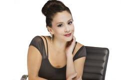 Giovane donna che si siede al suo scrittorio Fotografia Stock Libera da Diritti