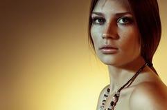 Giovane donna elegante con gli occhi pieni di sentimento Immagine Stock