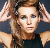 Giovane donna elegante con la fine creativa della stampa della zebra di stile di capelli su Fotografie Stock