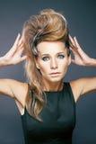 Giovane donna elegante con la zebra creativa di stile di capelli Fotografia Stock Libera da Diritti