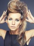 Giovane donna elegante con la zebra creativa di stile di capelli Fotografie Stock