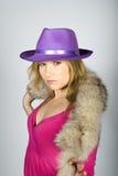 Giovane donna elegante in un cappello Fotografie Stock Libere da Diritti