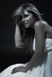 Giovane donna elegante in vestito d'avanguardia bianco, colpo dello studio Fotografie Stock