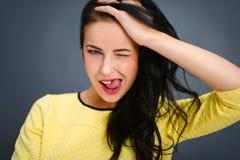 Giovane donna emozionale di bellezza che sta sul fondo grigio Fotografie Stock Libere da Diritti