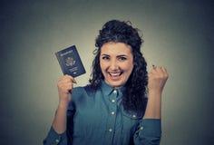 Giovane donna emozionante con il passaporto di U.S.A. Immagine Stock Libera da Diritti