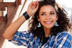 Giovane donna emozionante divertendosi sulle scale Fotografia Stock Libera da Diritti