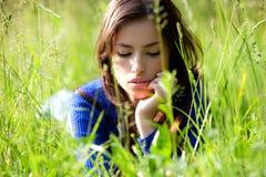 Giovane donna in erba Immagine Stock
