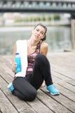 Giovane donna esaurita che riposa dopo una corsa. Fotografie Stock Libere da Diritti