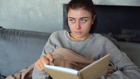 Giovane donna esaurita che soffia naso rosso con il tessuto archivi video