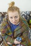 Giovane donna esaurita sollecitata che ha forte cefalea di tipo tensivo immagine stock
