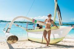 Giovane donna esile alla spiaggia tropicale Fotografia Stock