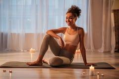 Giovane donna esile allegra che fa yoga nella sala Immagini Stock Libere da Diritti