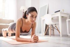 Giovane donna esile che fa un esercizio della plancia Immagine Stock Libera da Diritti