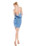 Giovane donna esile dopo il bagno con l'asciugamano sopra bianco Fotografia Stock
