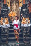 Giovane donna europea in tempio tradizionale di balinese Isola di Bali immagine stock libera da diritti