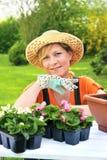 Giovane donna - facendo il giardinaggio immagine stock