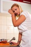 Giovane donna faticosa che prepara un pasto Immagini Stock