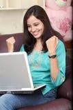 Giovane donna felice Immagine Stock