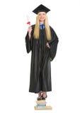 Giovane donna felice in abito di graduazione con il diploma Fotografia Stock
