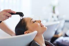 Giovane donna felice al salone di capelli fotografia stock libera da diritti