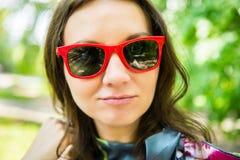 Giovane donna felice all'aperto Fotografie Stock