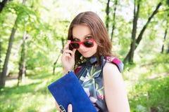 Giovane donna felice all'aperto Fotografia Stock