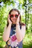 Giovane donna felice all'aperto Immagini Stock