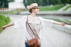 Giovane donna felice allegra del viaggiatore in cappello di paglia che gode del suo viaggio Fotografie Stock