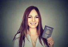 Giovane donna felice attraente con il passaporto di U.S.A. Fotografia Stock