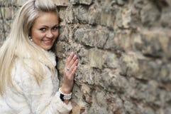 Giovane donna felice in cappotto di pelliccia Immagine Stock