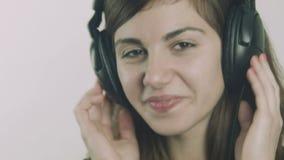 Giovane donna felice che ascolta la musica sulle cuffie stock footage
