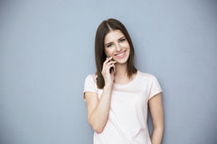 Giovane donna felice che comunica sul telefono Fotografia Stock
