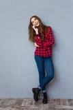 Giovane donna felice che comunica sul telefono mobile Fotografie Stock Libere da Diritti