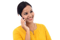 Giovane donna felice che comunica sul telefono mobile Immagine Stock