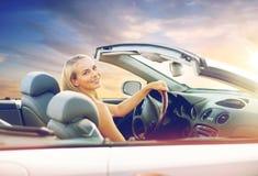Giovane donna felice che conduce automobile convertibile fotografia stock libera da diritti