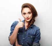 Giovane donna felice che dà pollice su Fotografie Stock Libere da Diritti